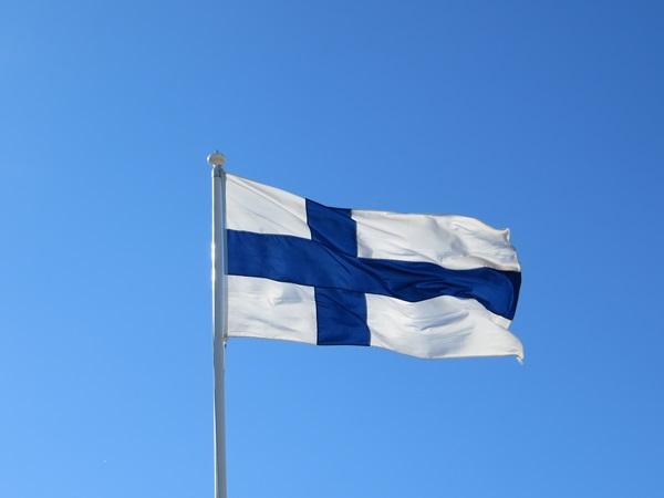 Suomen_lippu_liehuu_suomen_kielen_paivana